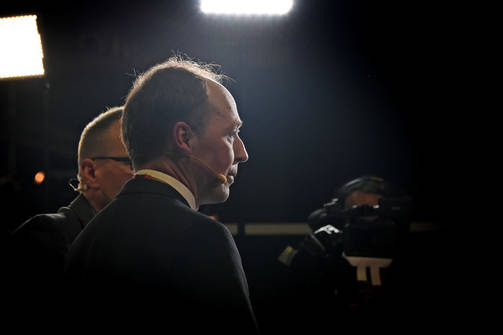 The Jussi Halla-aho chairman of the True Finns was forced to be besieged by a masked crowd at Turun Night, but was safe at the hotel.