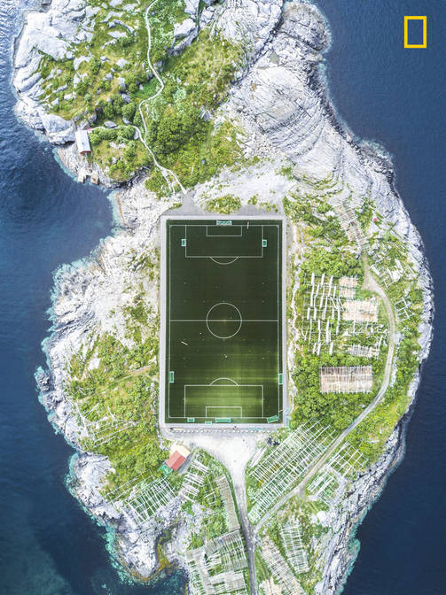 Kolmas sija kaupungit-sarjassa: Henningvaer Football Fiend / Misha De-Stroyev / National Geographic Photographer of the Year / Lofootit, Norja
