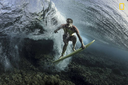 Kolmas sija ihmiset-sarjassa: Under the Wave / Rodney Bursiel / National Geographic Photographer of the Year / Tavarua, Fiji